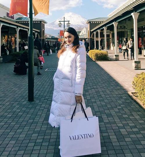 Hương Giang diện áo phao dáng dài ấm áp khi đi du lịch. Đây là kiểu áo khoác nhất định phải có trong mùa đông của các idol Hàn.