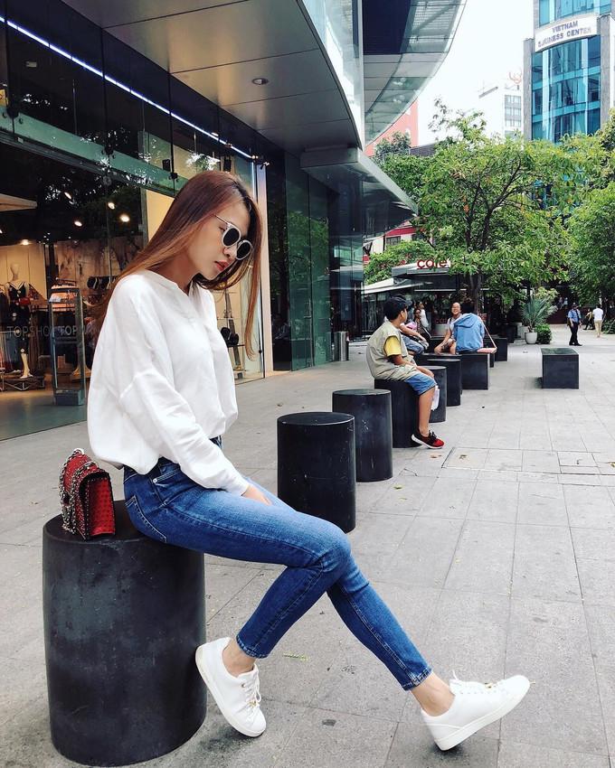 <p> Áo sơ mi + quần jeans là combo được Đàm Thu Trang yêu thích. Cô thường phối hợp những món đồ này cùng sneakers, kính mắt và túi xách hàng hiệu.</p>