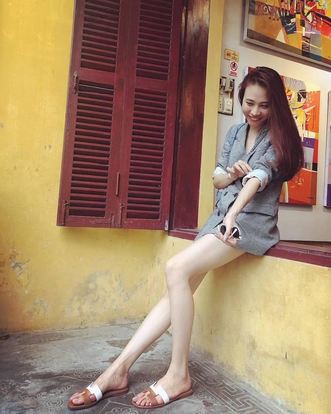<p> Thi thoảng, Đàm Thu Trang thay đổi hình ảnh. Cô nữ tính, thanh lịch hơn khi diện blazer dáng dài. Cô cũng ưa chuộng những gam màu nhẹ nhàng, trung tính như trắng, ghi, đen, hồng pastel...</p>