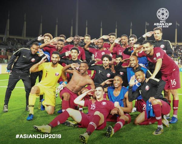 Tuyển thủ Qatar ăn mừng chiến thắng vào tứ kết.