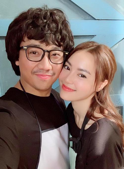Trấn Thành và Lan Ngọc tình tứ chụp selfie để quảng bá cho bộ phim sắp ra rạp.