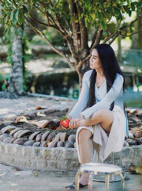 BB Trần ăn mặc, trang điểm nữ tính nhưng cách ngồi thì vẫn rất chuẩn men.