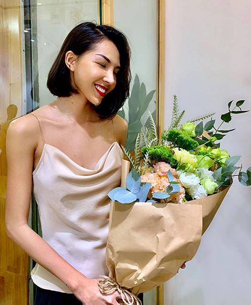 Minh Triệu khoe được tặng hoa từ người bí mật.