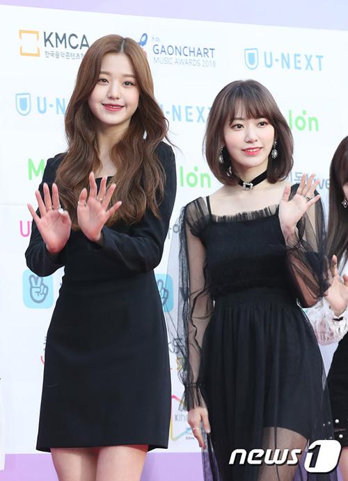 Jang Won Young (bên trái)và Sakura đọ nhan sắc trên thảm đỏ.