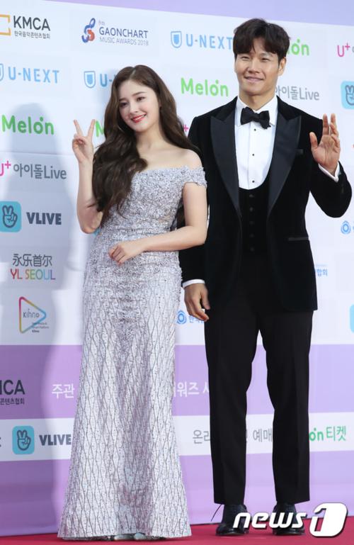 Nữ idol Nancy và Kim Jong Kook là MC của lễ trao giải. Thành viên Momoland lọt top tìm kiếm vì nhan sắc xinh đẹp trên thảm đỏ.