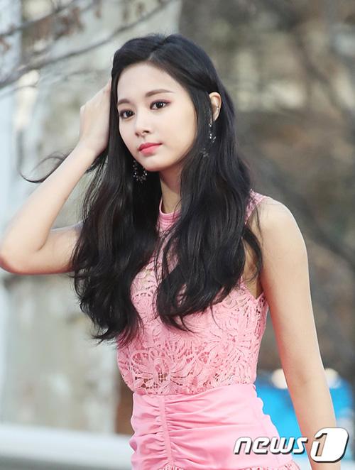 Tzuyu tiếp tục khẳng định đẳng cấp visual hàng đầu với nét đẹp như tượng tạc. Cô nàng cực hợp với mái tóc đen dài.