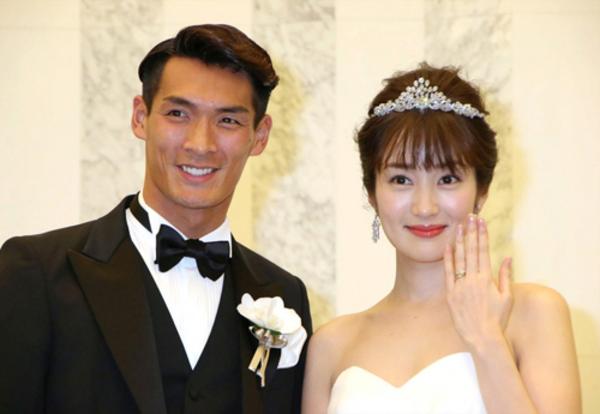 Makino (sinh năm 1987) là hậu vệ cốt cán của đội tuyển Nhật Bản. Không chỉ nổi tiếng là cầu thủ tài năng, góp mặt trong dàn Samurai xanh từng thi đấu giải bóng đá lớn nhất hành tinh World Cup, Makino khiến các đấng mày râu khắp nước Nhật ghen tị bởi có một nửa kia nóng bỏng phát hờn. Vợ của Makino là diễn viên Takanashi Rin. Họ kết hôn đầu năm 2018, rất được yêu mến khi là cặp trai tài gái sắc nổi tiếng làng giải trí cũng như giới túc cầu tại xứ sở mặt trời mọc.