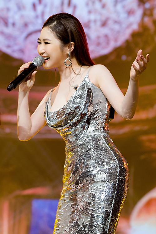 Tuy nhiên khi đứng trên sân khấu, nữ ca sĩ vẫn rất xinh đẹp và trình diễn hết mình. Chỉ cần được đứng trên sân khấu, mọi tan biến, mệt mỏi, áp lực về tiền bạc đều biến mất, Tràm hạnh phúc và tận hưởng nhất là lúc được hát