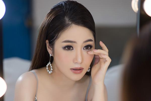 Áp lực công việc khiến Hương Tràm gần đây thường xuyên bị mệt mỏi, thậm chí có đêm phải uống đến 5 viên thuốc ngủ mới có thể chìm vào giấc ngủ.