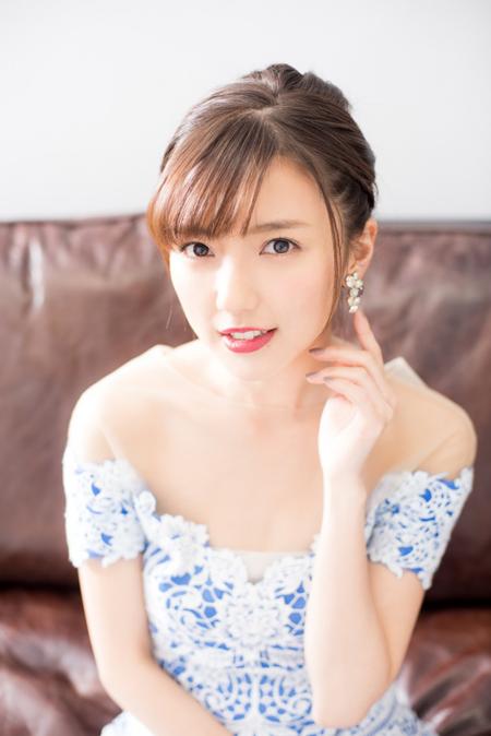 Theo tờ Arama Japan, cặp đôi đã gặp gỡ nhau qua lời giới thiệu của người quen từ mùa thu năm 2016. Họ nhanh chóng nảy sinh tình cảm dù Mano sống tại Tokyo còn Shibasaki thi đấu cho đội bóng ở Tây Ban Nha. Cặp đôi khá kín tiếng từ chuyện yêu cho đến khi quyết định về chung một nhà vào tháng 7/2018. Sau khi kết hôn, Erina Mano tạm rời khỏi làng giải trí Nhật và theo chồng ra nước ngoài sinh sống.