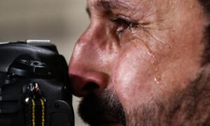 Phóng viên Iraq bật khóc nức nở khi đội nhà thua cuộc
