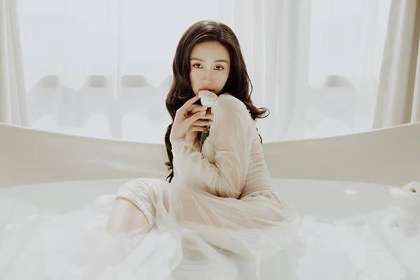 Jun Vũ tạo dáng trong bồn tắm, khoe vẻ đẹp mong manh như nàng thơ.