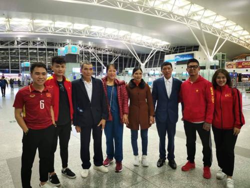 Bố mẹ Văn Hậu cùng Quang Phong (anh trai Quang Hải) tới UAE cổ vũ đội tuyển Việt Nam.
