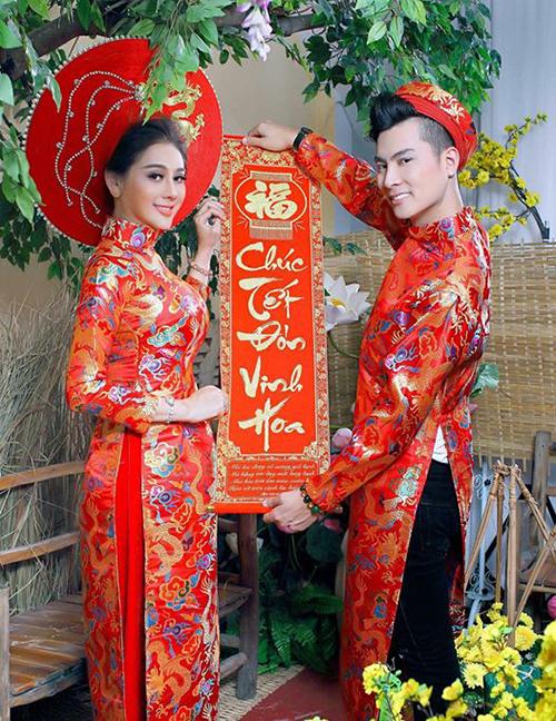 Hai vợ chồng Lâm Khánh Chi diện áo dài đôi rực rỡ chụp ảnh đón Tết.