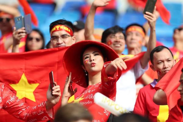 Hơn một giờ trước khi trận đấu diễn ra, rất đông CĐV Việt Nam đã có mặt tại SVĐ Al Maktoum ở Dubai để sẵn sàng tiếp lửa cho thầy trò HLV Park Hang-seo trong trận đấu với Nhật Bản. Là một trong những người hâm mộ bóng đá nước nhà, Hoa hậu Ngọc Hân rạng rỡ khi lần đầu tiên được trực tiếp bay sang nước ngoài xem các chàng trai áo đỏ thi đấu.