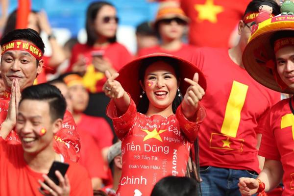 Trước đó vào tối 23/1, Hoa hậu Ngọc Hân cùng gần 20 CĐV có mặt tại sân bay Nội Bài (Hà Nội) để sang UAE tiếp lửa cho đội tuyển quốc gia Việt Nam trong trận tứ kết với đội tuyển Nhật Bản.
