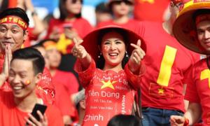 Ngọc Hân - Phan Anh máu lửa cổ vũ tuyển Việt Nam tại Dubai