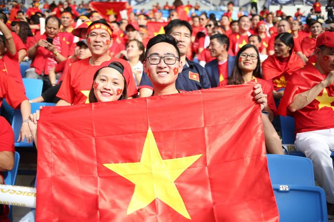 <p> Trận tứ kết thu hút đông đảo cổ động viên từ Việt Nam sang xem trực tiếp, trong đó có nhiều nghệ sĩ, ngôi sao. Trong ảnh có thể nhận ra sự xuất hiện của nghệ sĩ Đỗ Kỷ.</p>