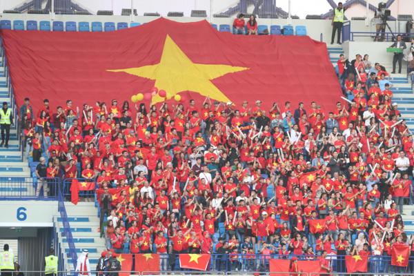 CĐV Việt Nam trên khán đài.