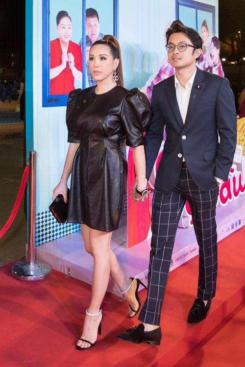 Hoa hậu Thu Hoài đến chúc mừng đoàn phim. Ngoài chiếc đầm ngắn khoe khéo vòng eo thon gọn, chị còn thể hiện độ sang chảnh qua loạt đồ và phụ kiện đắt đỏ. Thu Hoài được bạn trai doanh nhân hộ tống tới dự buổi công chiếu phim.