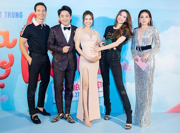 Cặp đôi Kim Lý - Hà Hồ đến chúc mừng hai diễn viên. Hà Hồ tỏ ra rất thích thú và tạo dáng nghịch ngợm với bụng bầu của Lan Ngọc.