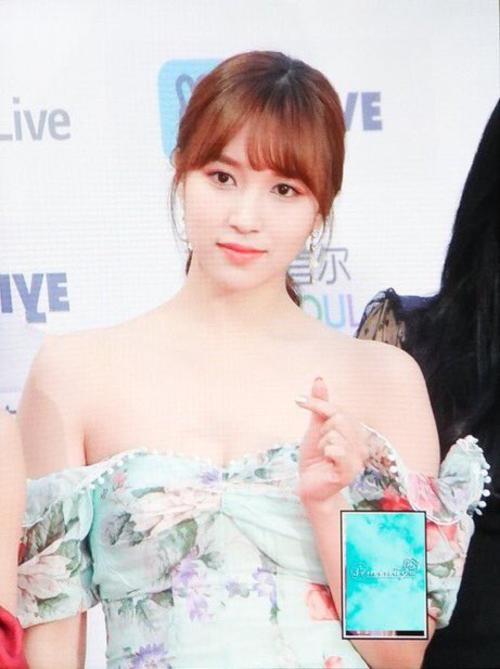 Bờ vai nhỏ bé thanh mảnh giúp vẻ ngoài của Mina trông vô cùng nữ tính.