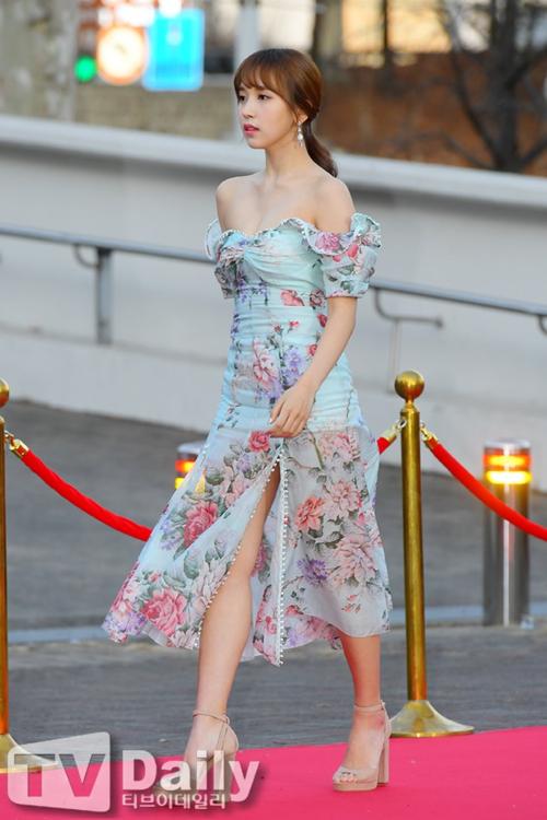 Mina (Twice) gây sốt khi khoe vai trần thần thánh tại thảm đỏ Gaon Music Awards