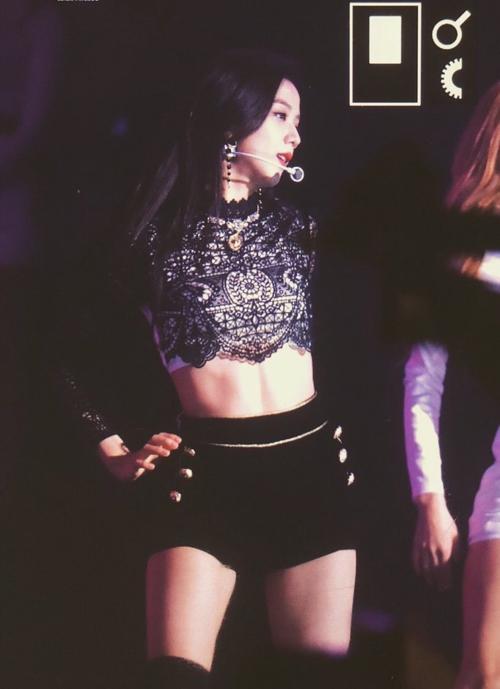 Ji Soo có nét đẹp nhẹ nhàng nhưng lên sân khấu lạibùng nổkhí chất quyến rũ.
