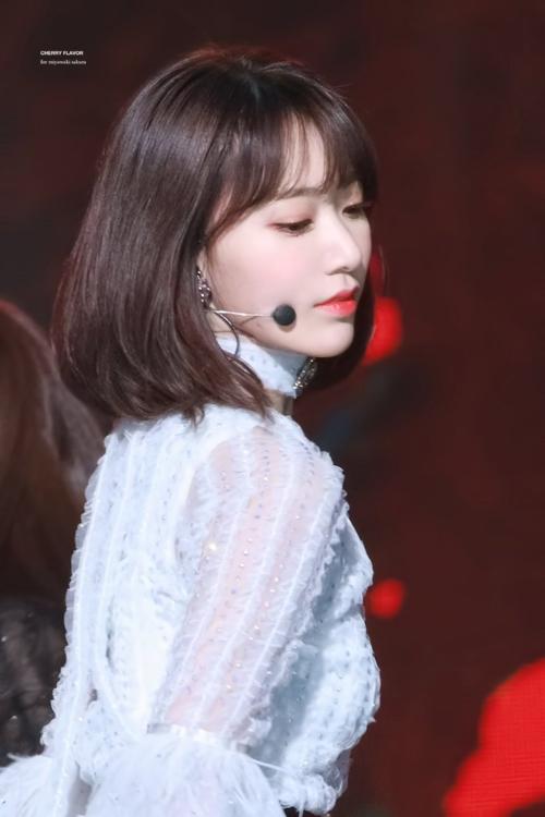 Tuy nhiên, không ít netizen cho rằng Sakura nên đổi kiểu tóc. Mái tóc ngắn, phồng của thành viên IZONE bị chê quê và dìm nhan sắc.