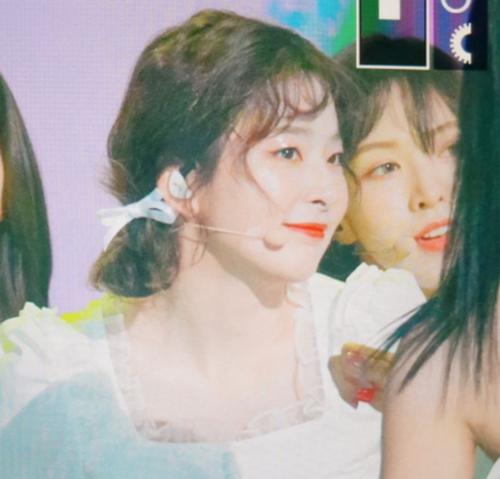 Khác với hình ảnh cool ngầu thường thấy, kiểu tóc mới khiến Seul Gi có hình ảnh nữ tính, trẻ trung hơn. Hai phong cách trái ngược chính là điểm thu hút của thành viên Red Velvet.