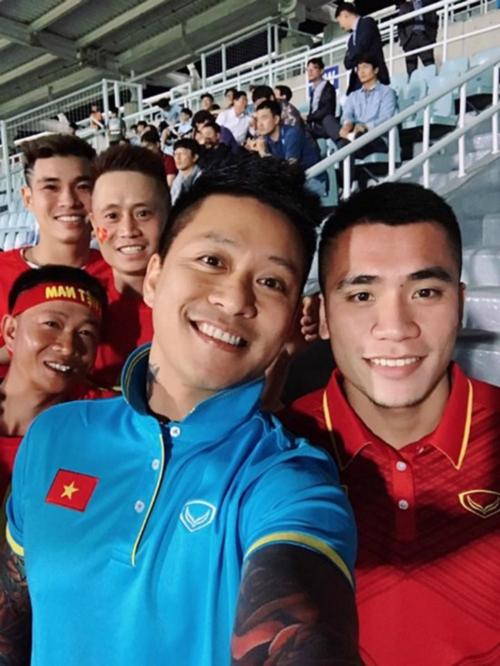 Tuấn Hưng luôn dõi theo các trận đấu của tuyển Việt Nam.