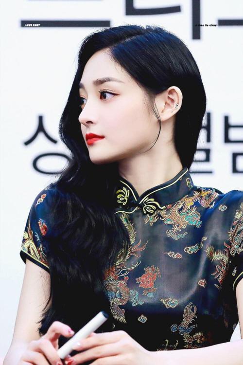 Kể từ sau khi tham dự show Produce 101, Kyul Kyung (Pristin) luôn được đánh giá cao về ngoại hình dù sự nghiệp âm nhạc không mấy nổi bật. Vẻ đẹp cô nàng được nhận xét là sự pha trộn giữa Phạm Băng Băng và Địch Lệ Nhiệt Ba, 2 người đẹp Hoa ngữ nổi tiếng.