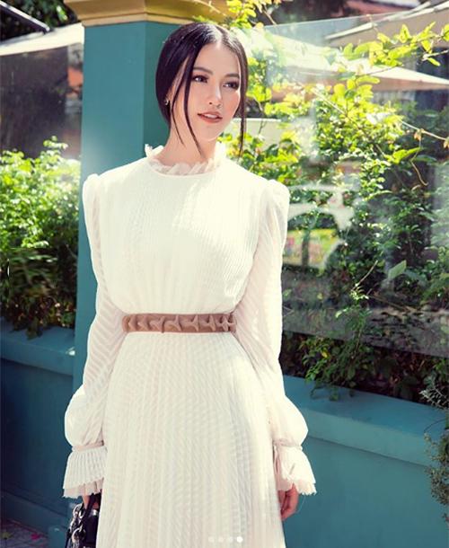 Hoa hậu Phương Khánh khoe vẻ đẹp dịu dàng trên phố.