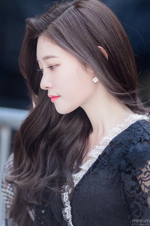 Dù nhiều lần gây tranh cãi vì nhan sắc qua dao kéo, không thể phủ nhận vẻ đẹp củaJung Chae Yeon (DIA). Cô có gương mặt nhỏ nhắn, đôi mắt dài, sống mũi thẳng cùng đôi môi cong hững hờ... tất cả những đặc điểm này tạo nên vẻ đẹp cuốn hút khiến người đối diện khó có thể cưỡng lại.