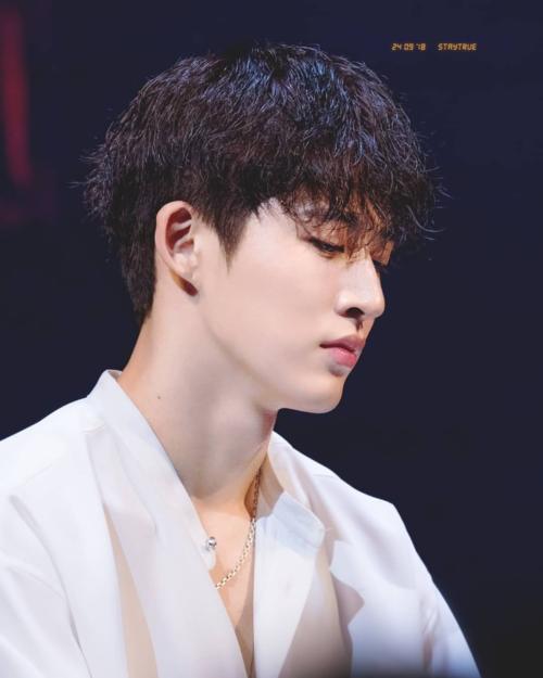 B.I (iKON) cósống mũithẳng nam tính,kết hợp với đường nét góc cạnh khiếnkhuôn mặt anh toát lên khí chất nam thần đốn tim người hâm mộ.