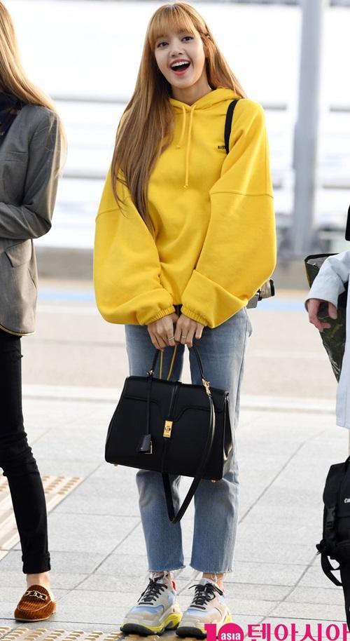 Không thể thiếu trong tủ đồ của cô chính là các thể loại áo hoodie. Trong những chuyến bay, Lisa ưu tiên chọn item này bởi sự thoải mái tối đa.