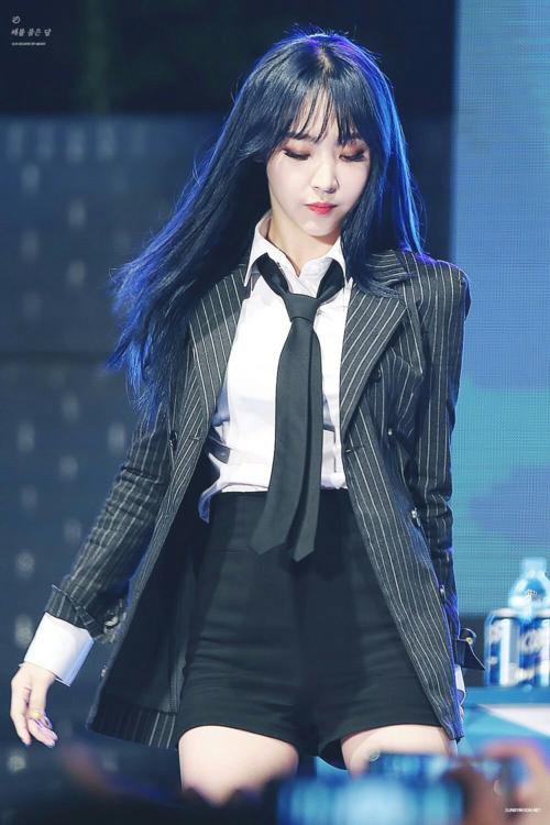 Cô nàng từng được bình chọn là nữ idol mặc suit đẹp nhất Kpop. Hình ảnh Moon Byul để tóc dài, diện áo sơ mi trắng cùng vest trở thành hình mẫu trong mộng của nhiều cô gái.