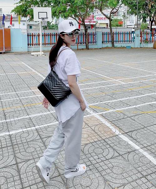 Phong cách sporty được nữ ca sĩ theo đuổi với trang phục chủ yếu là áo phông, quần thun, legging... trẻ trung hơn hẳn tuổi thực là 28.