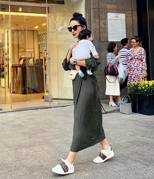 Người đẹp chứng minh là mẹ một con siêu sành điệu với trang phục dạo phố luôn dát đầy hàng hiệu.