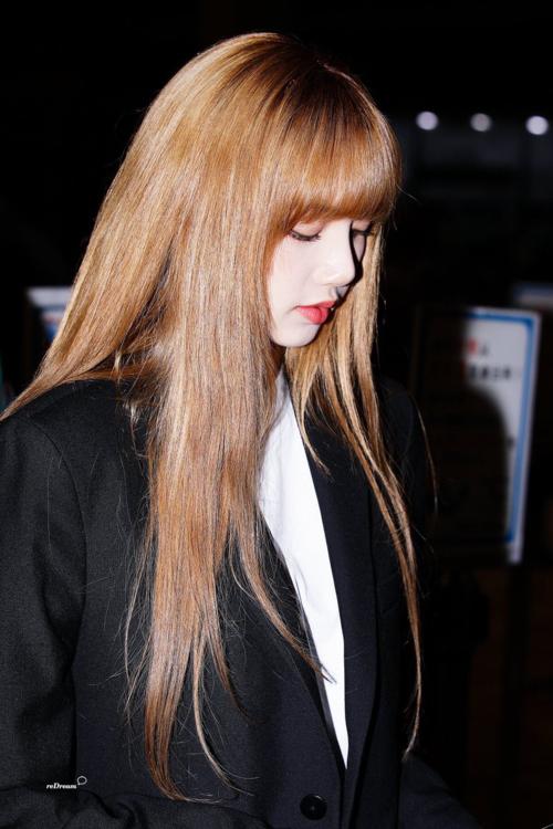 Lisa cũng rất ưa chuộng style all black. Trong các set đồ toàn màu đen,  nữ thần tượng đến từ Thái Lan gâyấn tượng bởi mái tóc nhuộm tông sáng, điểm nhấn đắt giá cho diện mạo của cô nàng.