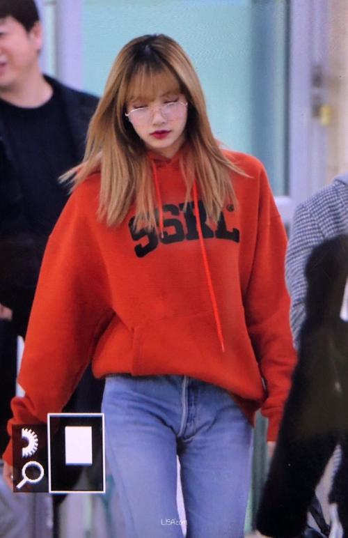 Để set đồ hoodie + quần jeans khỏi nhàm chán, Lisa mix thêm chiếc kính bà già cực cool, giúp diện mạo cuốn hút hơn hẳn.