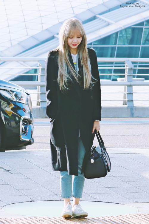 Trong các thành viên Black Pink, bên cạnh Jennie, người được gọi là fashionista thế hệ mới, Lisa cũng được rất nhiều fan yêu mến nhờ phong cách đời thường cuốn hút. Đó là sựpha trộn hoàn hảo giữa sự khỏe khoắn, mạnh mẽ với sựgiản dị, thân thiện.