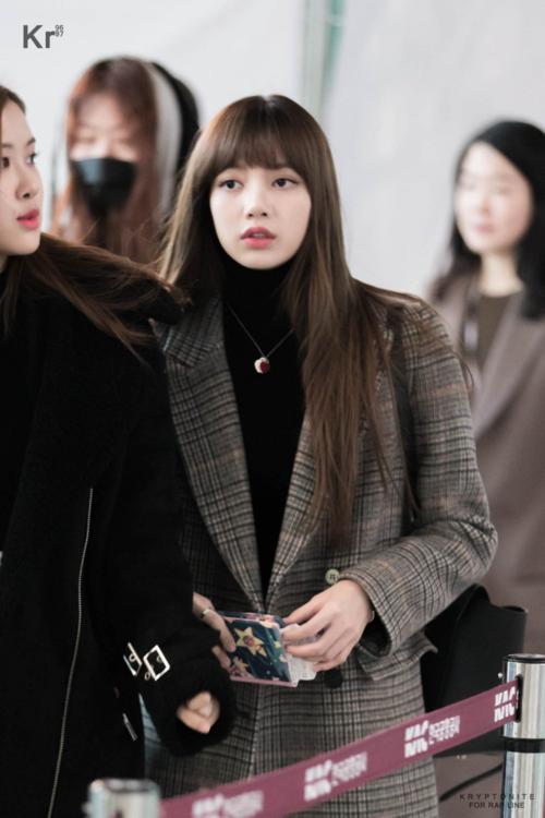 Mùa đông là thời điểm các kiểu áo khoác dáng dài lên ngôi. Nhiều lần Lisa biến sân bay thành sàn diễn thời trang với set đồ hiệu sang chảnh,đẳng cấp.