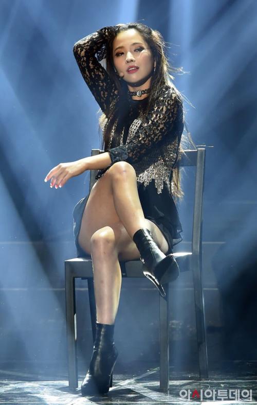 Không phải ngẫu nhiên mà So Yeon được netizen gọi là CL thế hệ mới. Trưởng nhóm (G)I-DLE có phong thái chị đại với sự tự tin, ánh mắc sắc lẹm và tài bắn rap thần sầu mỗi lần xuất chiêu trên sân khấu.