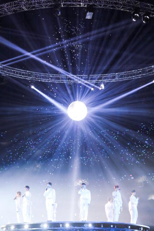 Những khoảnh khắc các thành viên Wanna One rơi nước mắt khiến người hâm mộ đau lòng. Sau concert Therefore này, 11 chàng trai sẽ chính thức tan rã, mỗi người đi một con đường khác nhau.