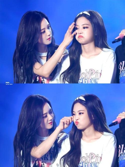 Jennie và Ji Soo vốn là cặp đôi được ship nhiệt tình nhất Black Pink. Sau thông tinchia tay, các fan ship JenSoo có dịp quẩy tưng bừng, ăn mừng trên mạng xã hội. BLINK thích thú khi Jennie trở về với vòng tay của cô chị cả trong nhóm, không còn gặp áp lực vì antifan khi hẹn hò.