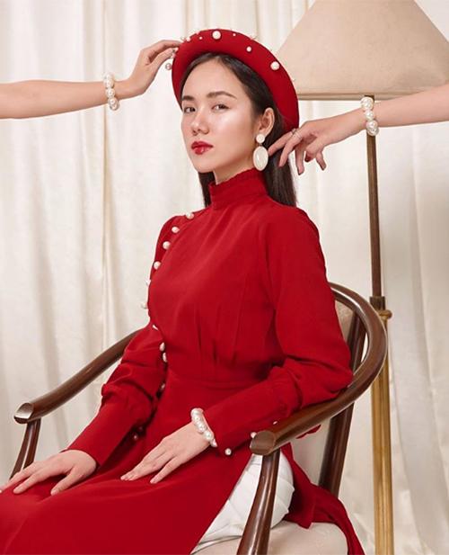 Phương Ly đẹp kiêu sa trong bộ áo dài đỏ theo phong cách cổ điển.