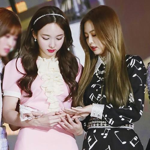 Na Yeon và Jennie cùng sơn móng tay đôi khi tham dự Golden Disk Awards tháng 1/2017.