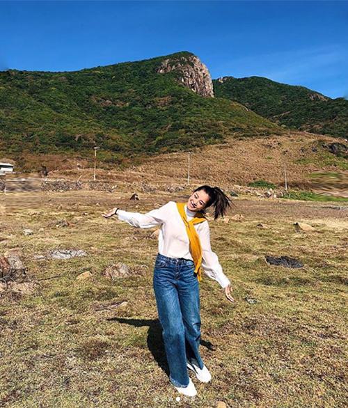Chi Pu tung tăng như trẻ con giữa khung cảnh thiên nhiên hùng vĩ.