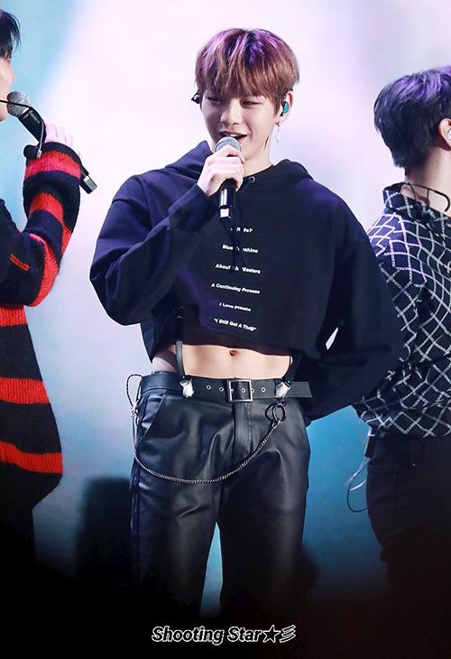 Các fan khá thích thú khi được ngắm cơ bụng của Daniel nhưng họ cũng không thoải mái với kiểu áo quá ngắn của nam ido. Áp crop top đang là xu hướng trong Kpop, được nhiều sao nam lựa chọn để mặc trên sân khấu.